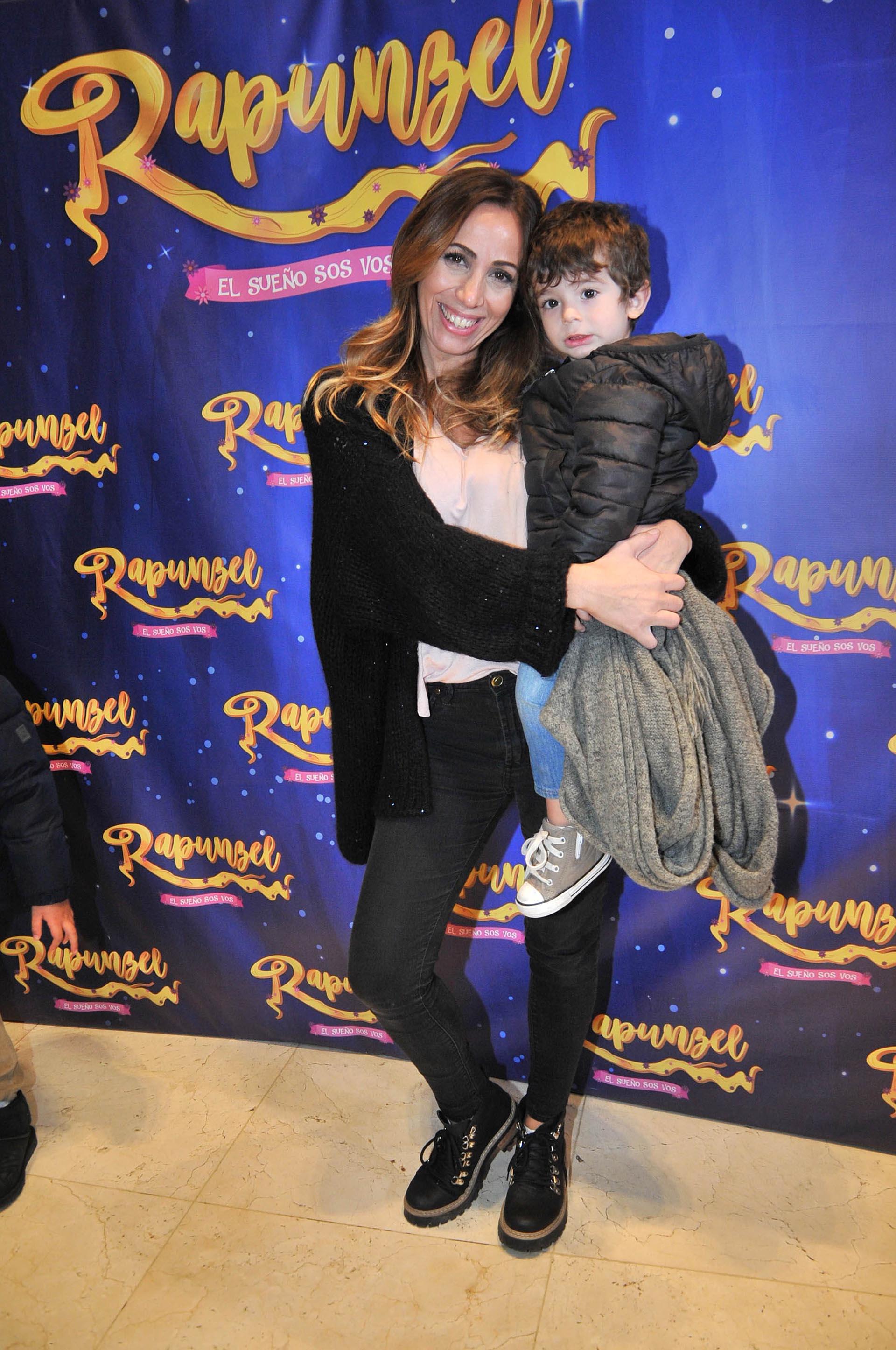 Paulia Varela con su hijo, Benicio