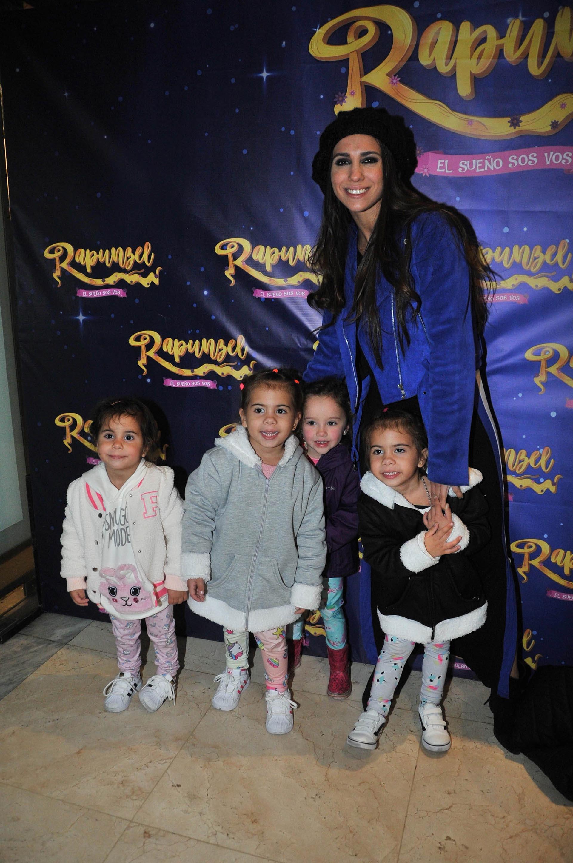 Cinthia Fernández con sus hijas y una amiga