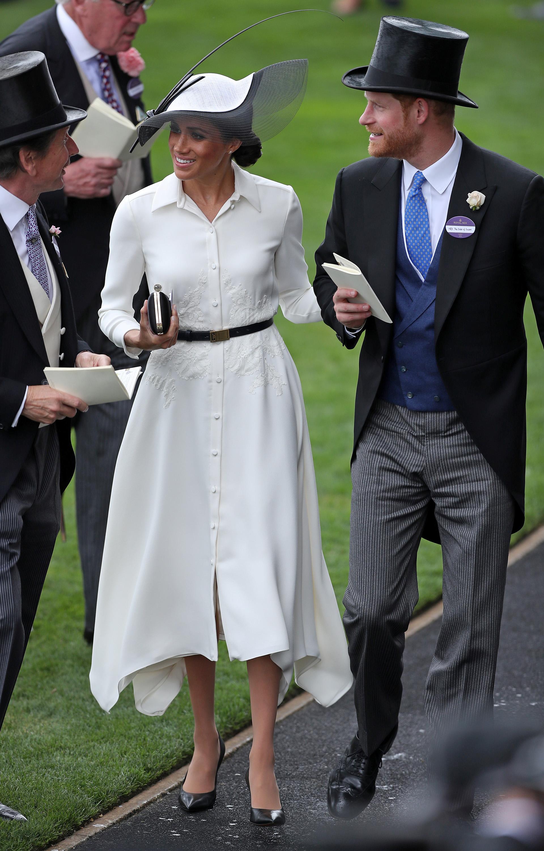 Entre la agitada agenda, los duques de Sussex fueron parte del evento más chic del Reino Unido, enfundada en un vestido camisero de su boutique preferida: Givenchy (AFP)