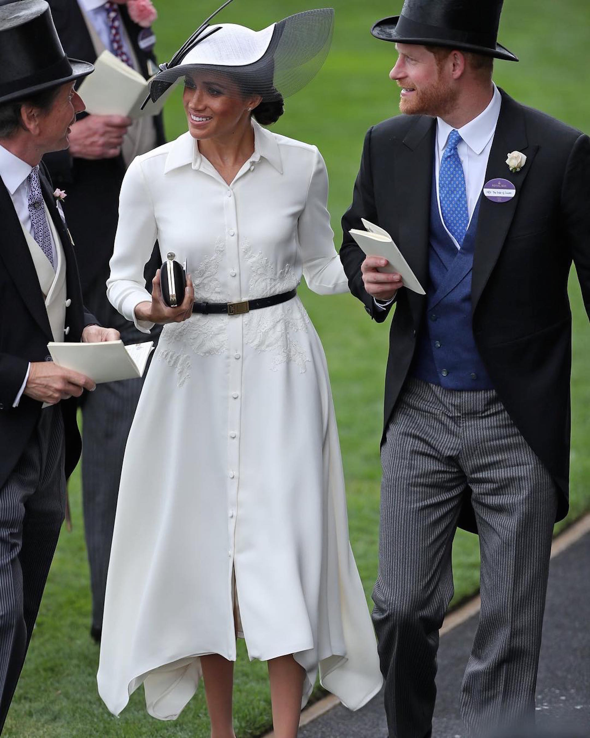Meghan Markle y el príncipe Harry llegana Ascot. Ella en su debut con un divino look by Givenchy para la competencia ecuestre