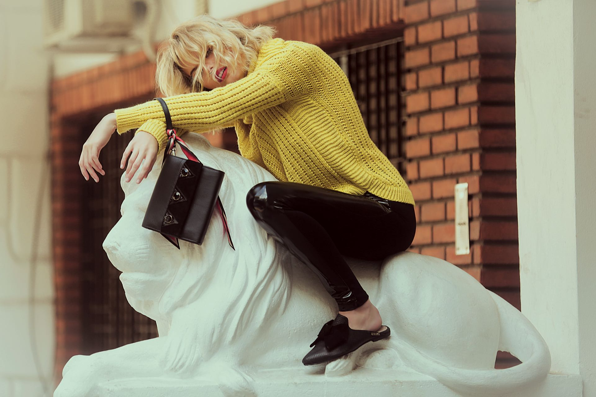Polera de lana ($ 1.400, Agustina Domínguez), leggings de charol ($ 1.290, Basement para Falabella), sobre de cuero con apliques ($ 2.200, Olivetta), pañuelo estampado ($ 450, Vitamina) y mules de cuero con moño de gamuza ($ 4.335, The Bag Belt).(Foto: Osky Sorairez/ Para Ti)