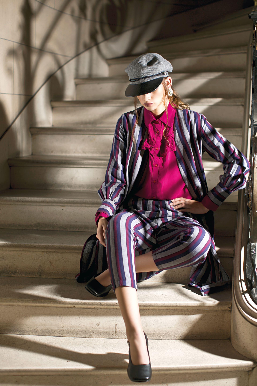 Kimono y pantalón rayado ($1.680 y $1.050, Estancias), camisa con jabot ($949, Peuque), zapatos de cuero ($4.920, Mishka) y boina (Compañía de Sombreros) (Foto: Sebastián Cid/ Para Ti)