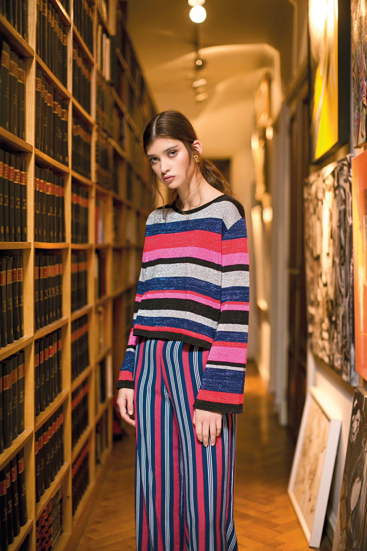 Suéter con hilos de lúrex ($3.290, Allô Martínez) y pantalón rayado ($1.299, Yagmour) (Foto: Sebastián Cid/ Para Ti)