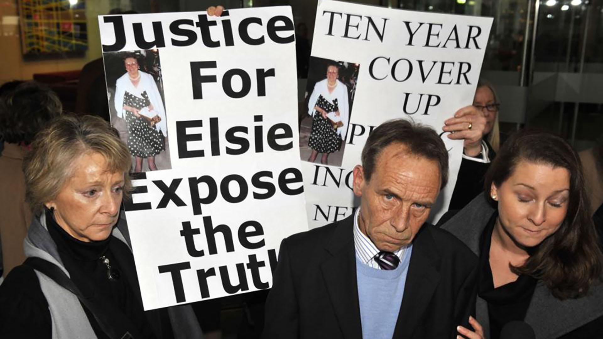 Familiares de las víctimas de la doctora Barton piden justicia (PA/The Telegraph)