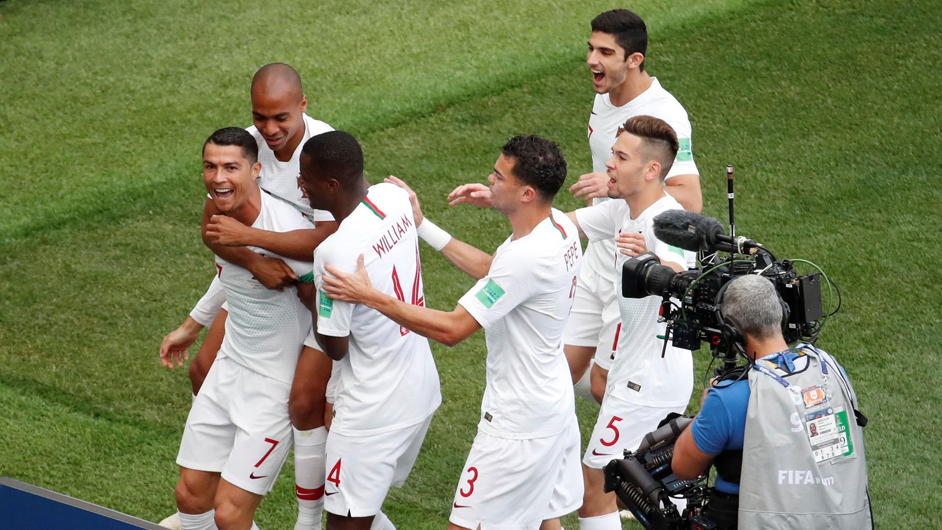 Todos lo buscan tras el gol. Sus compañeros para festejar, la cámara para replicar su sonrisa la mundo.REUTERS/Christian Hartmann