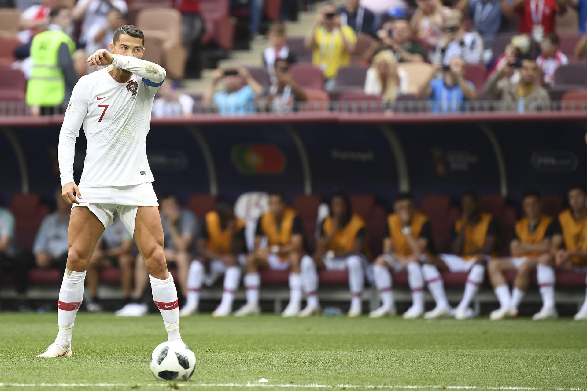 Cristiano puro. Se arremangó los pantalones antes del tiro libre, pero la pelota se fue afuera. AFP