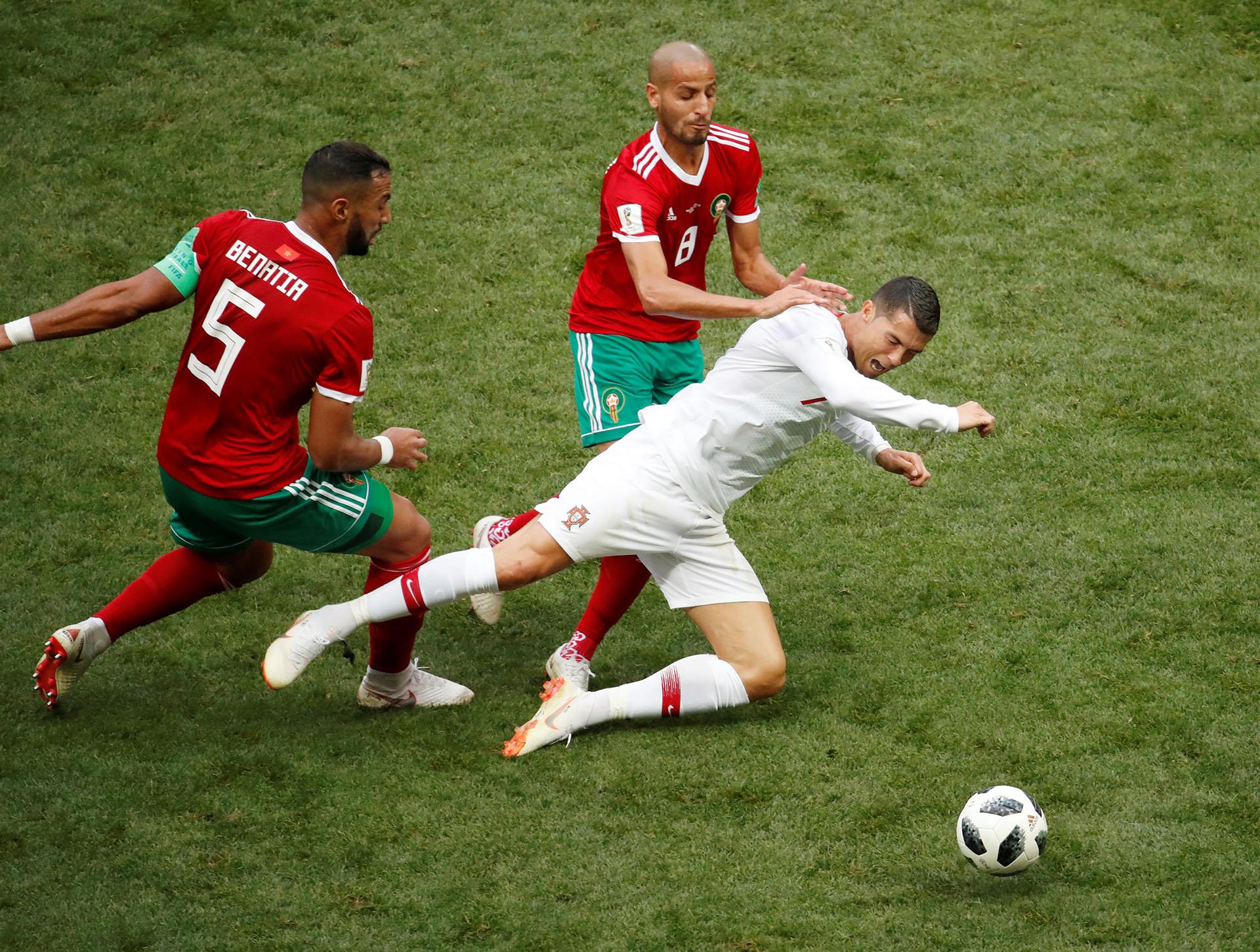 Ronaldo cae ante la falta de Medhi Benatia, que le costó la amarrilla al francés nacionalizado marroquí. Reuters