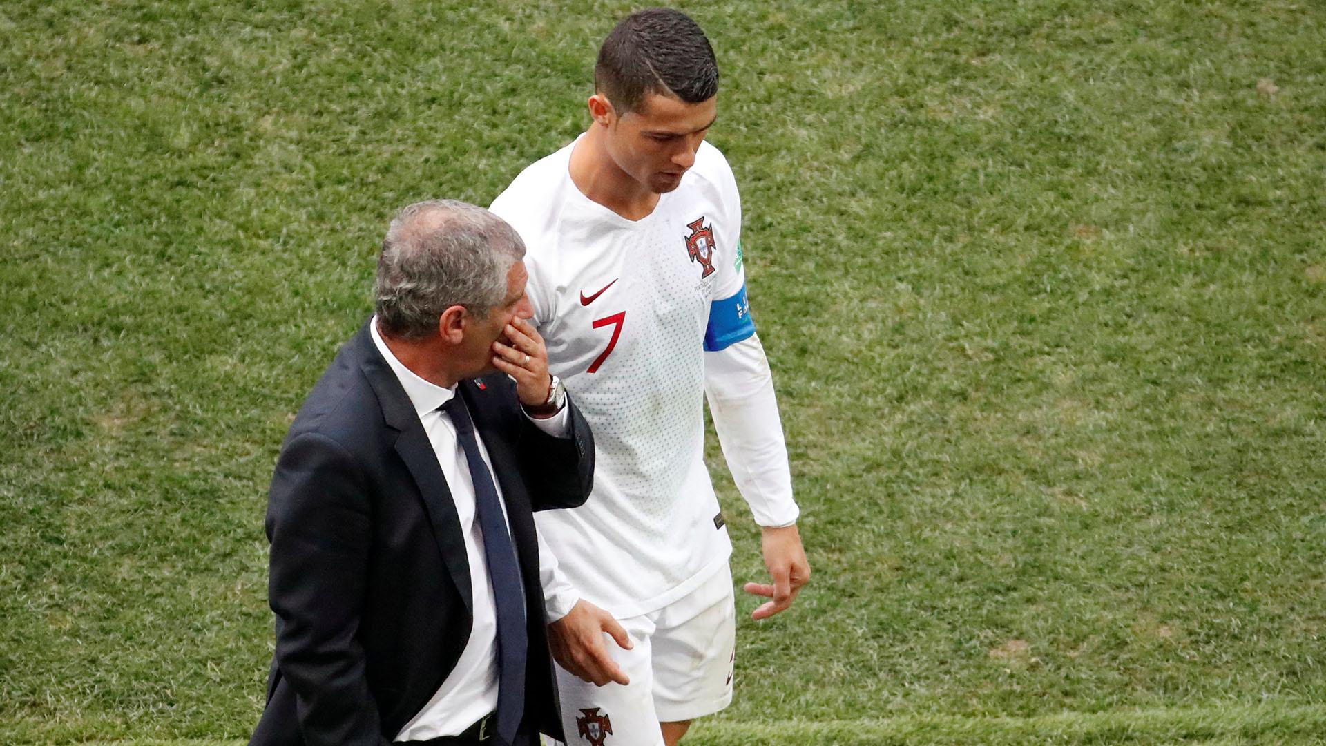 Cristiano recibe instrucciones de Fernando Santos en una pausa del partido.REUTERS/Christian Hartmann