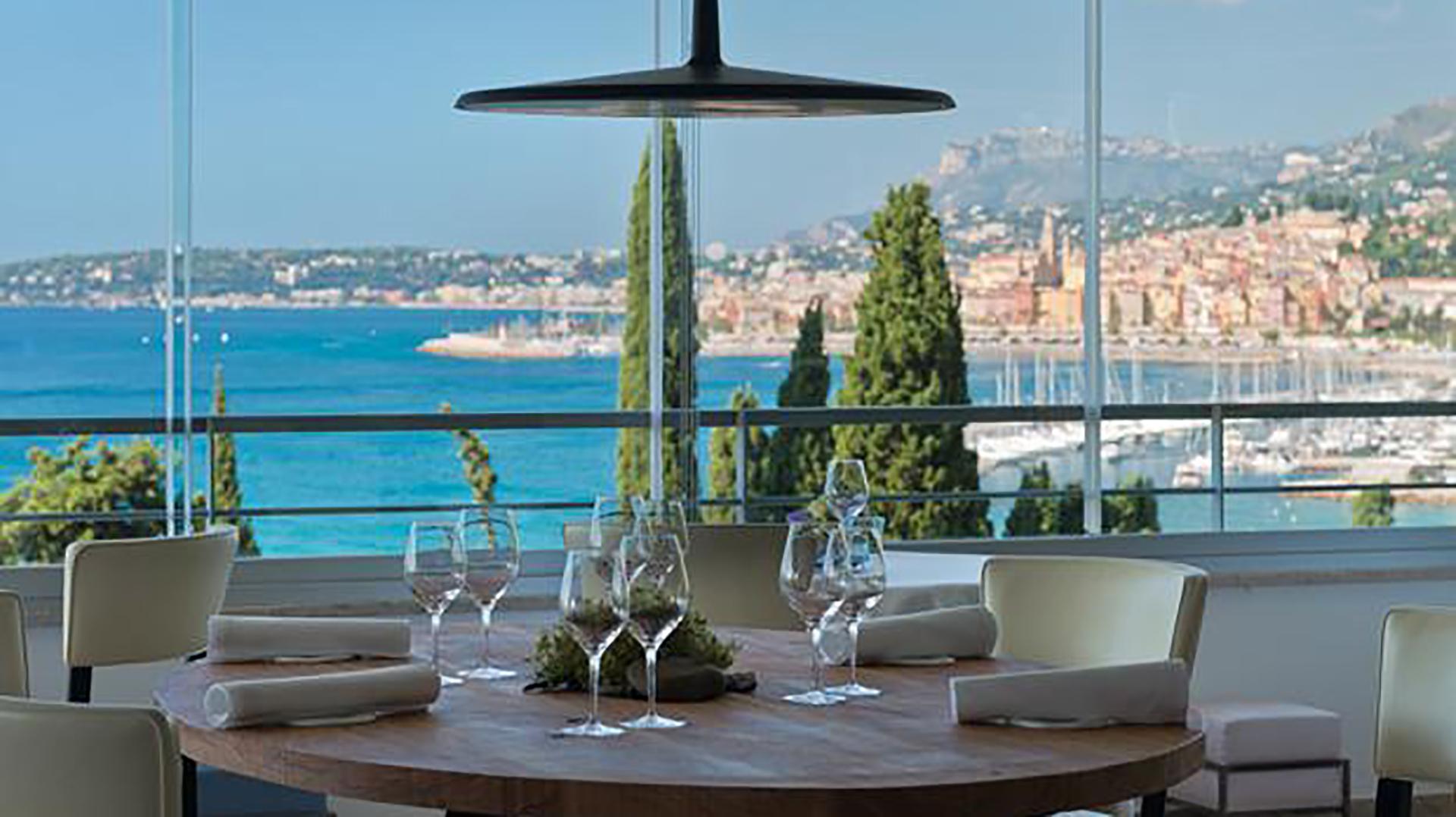 El restaurante tiene una decoración clásica y simple, pero con una vistapanorámica privilegiada del océano, las montañas y el pueblo de Mentón (Web Mirazur)