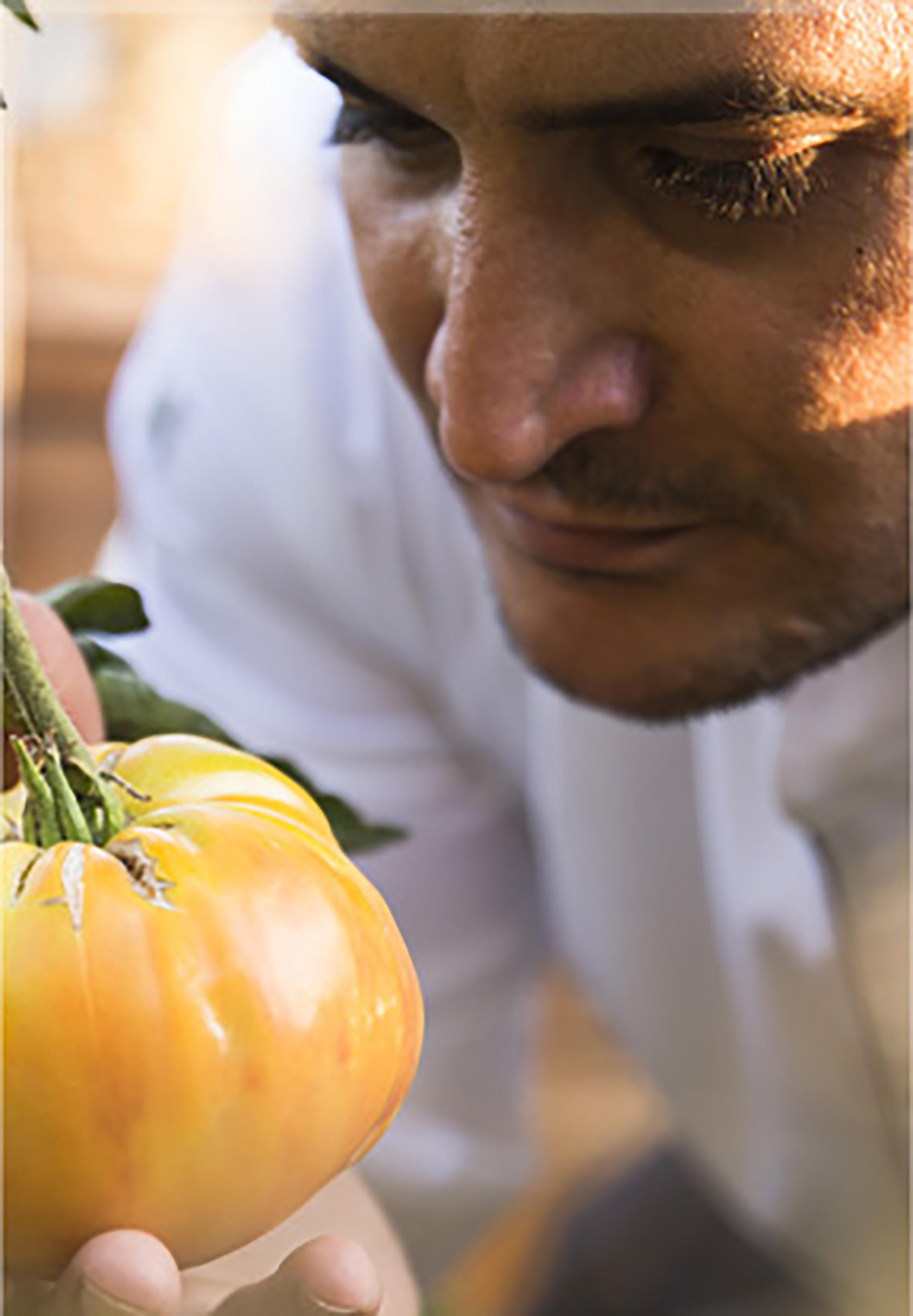 El cocinero deja su huella en cada plato, y creó su propio estilo en el mundo de la gastronomía con una premisa clave: comida fresca, productos de su propia huerta y pescados del día (Web Mirazur)