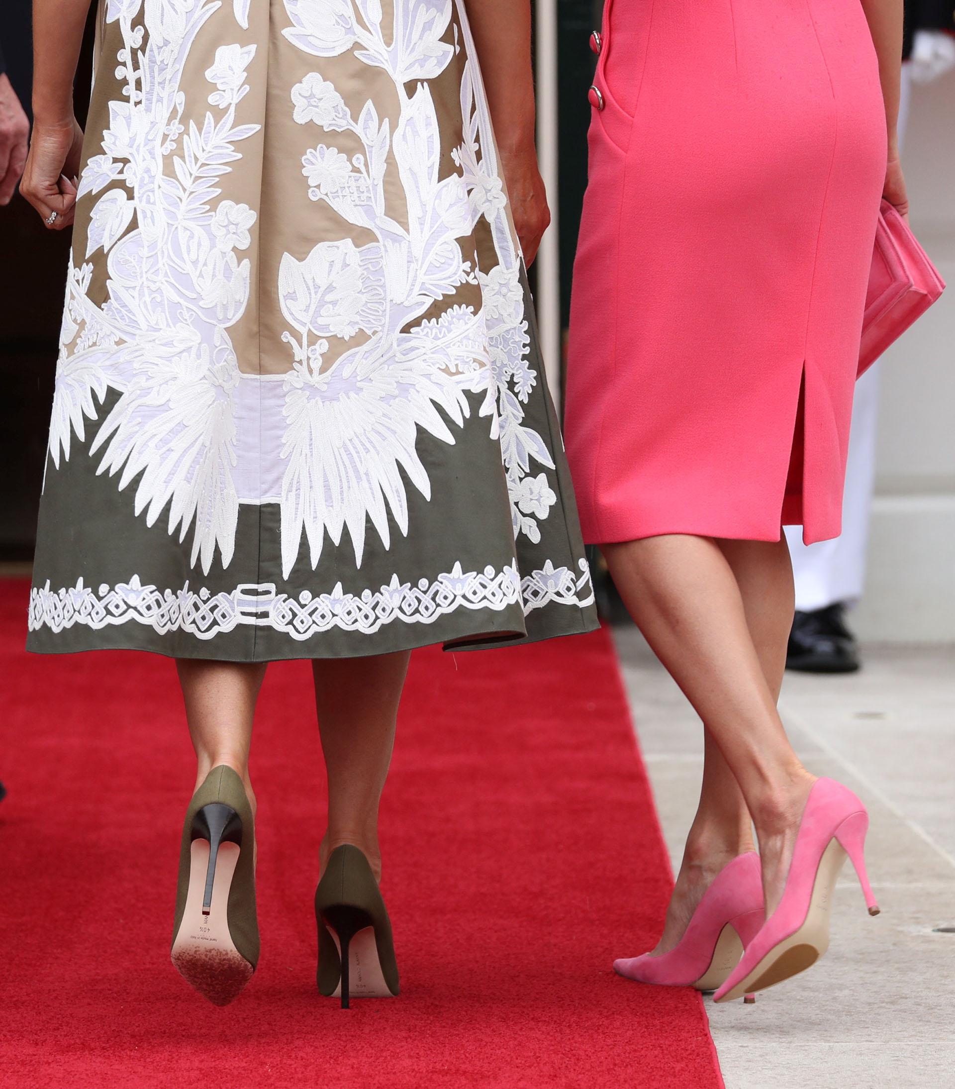 Ambas mujeres eligieron stilettos haciendo juego con los colores de sus looks