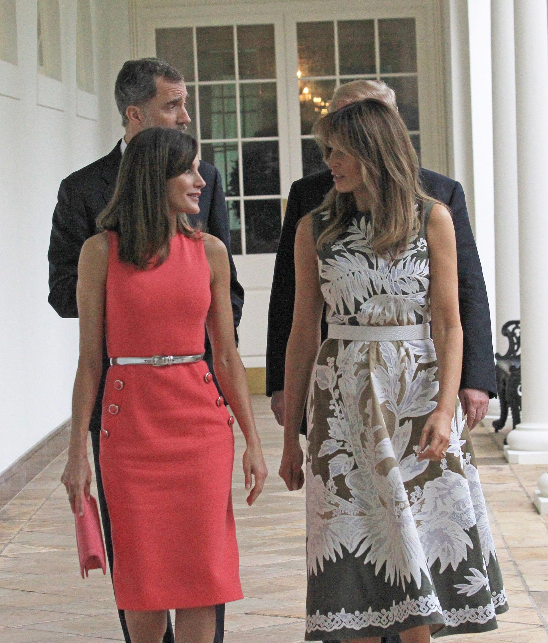 Al dirigirse al Despacho Oval, los dos jefes de Estado fueron por delante, mientras que ellas fueron unos metros detrás charlando de forma distendida