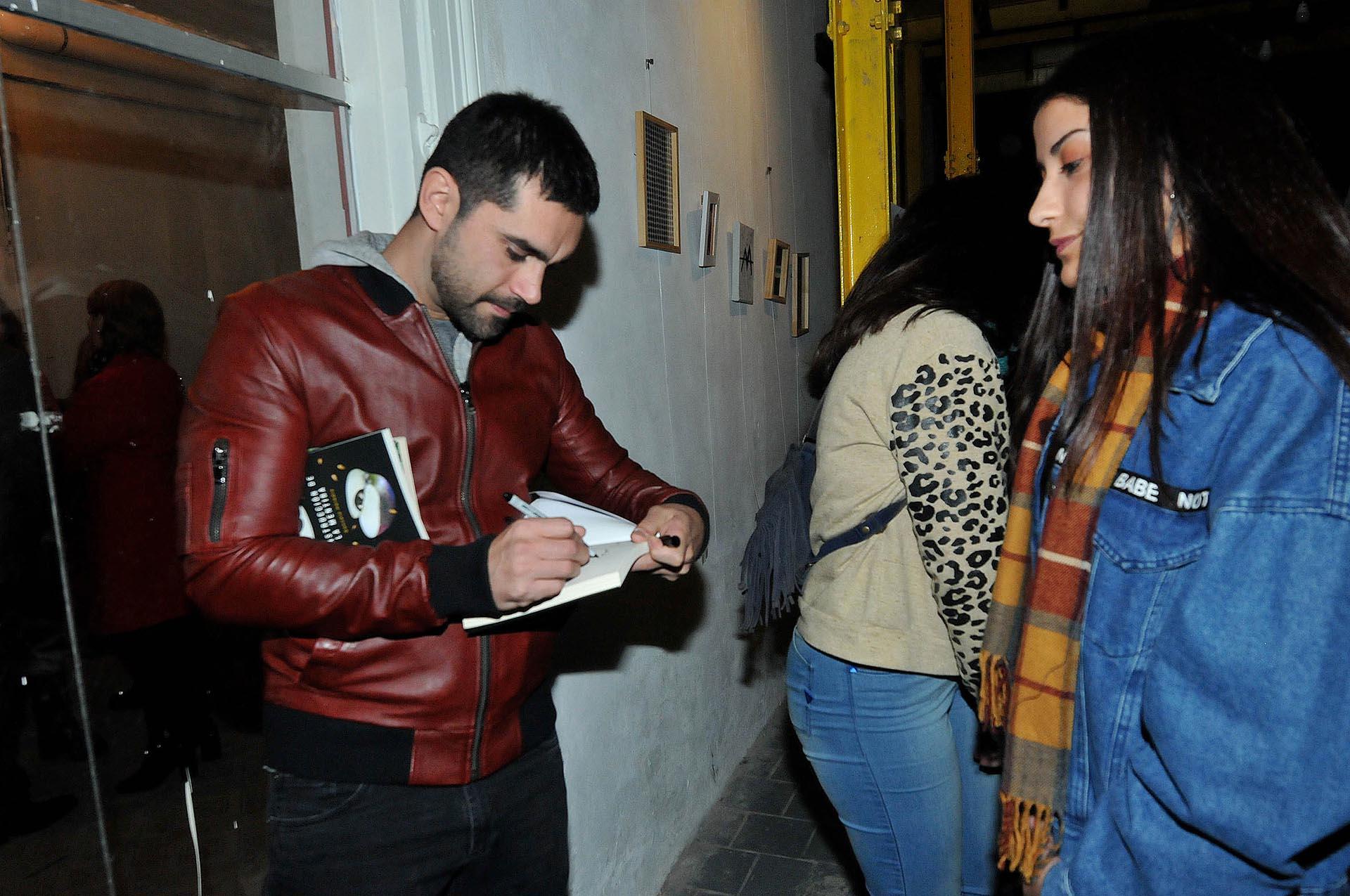 Gonzalo Heredia firmando ejemplares de su libro