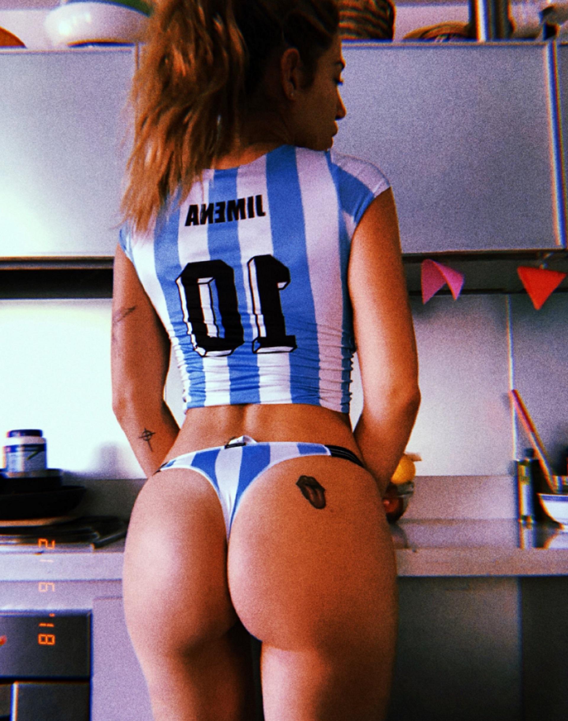 """Jimena Barón se sacó una foto hot para alentar a la Selección. """"Una excusa para salir en tanga"""", dijo la actriz. La cábala no funcionó, pero sus seguidores de Instagram quedaron impactados"""