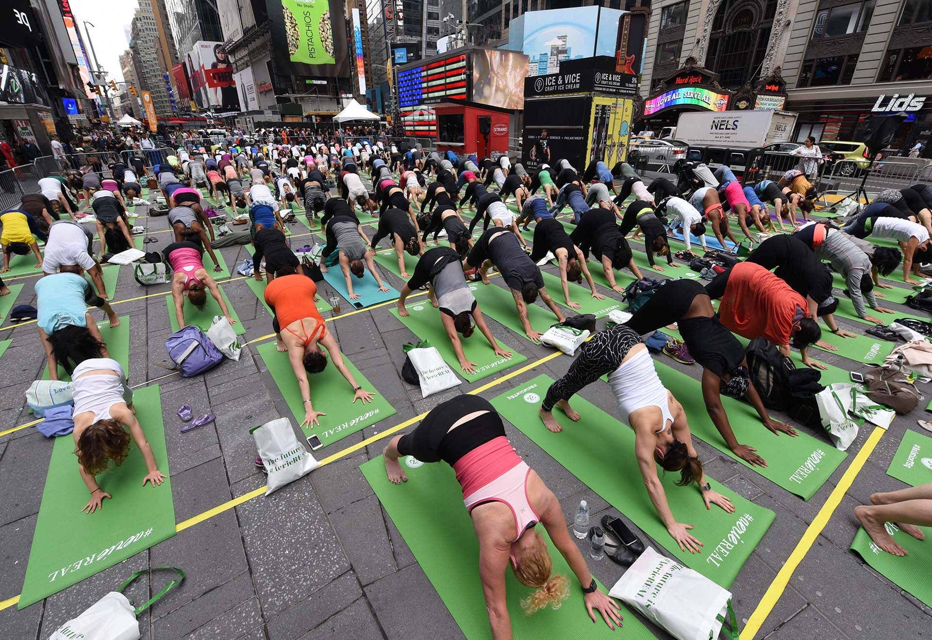 "Miles de personas en el ""Mind Over Madness Yoga""(AFP PHOTO / TIMOTHY A. CLARY)"