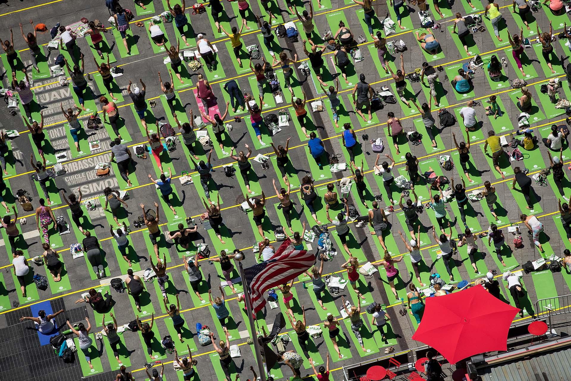 Día Mundial del Yoga en Time Sqare (Drew Angerer/Getty Images/AFP)
