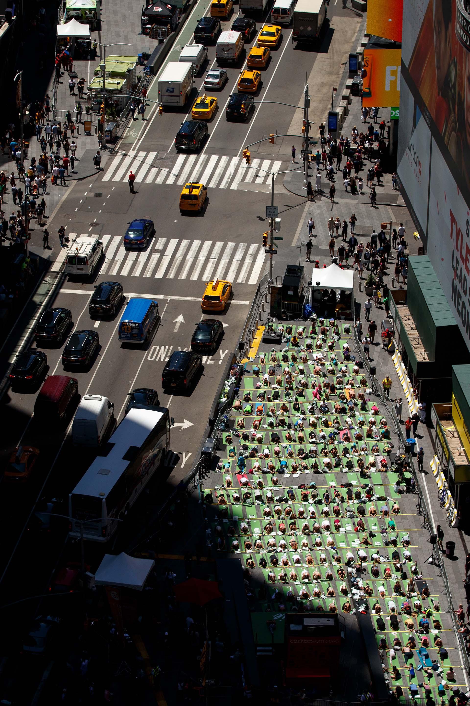 Miles de personas participaron del Día Mundial del Yoga (Drew Angerer/Getty Images/AFP)