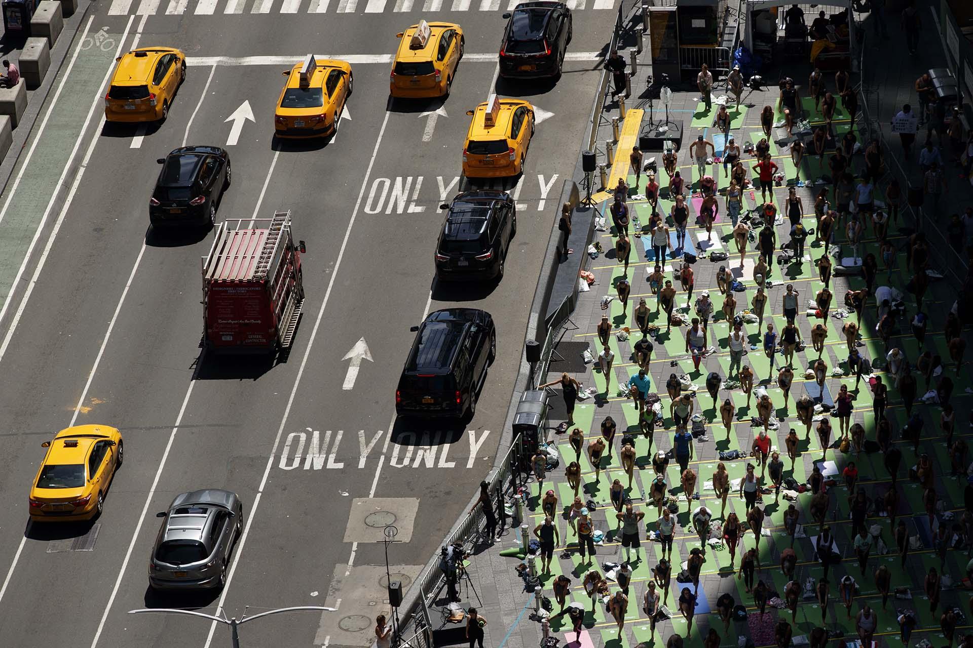 Miles de fanáticos de la yoga se reunieron en una clase masiva en Times Quare, Manhattan, donde celebraron el solsticio de verano (Drew Angerer/Getty Images/AFP)