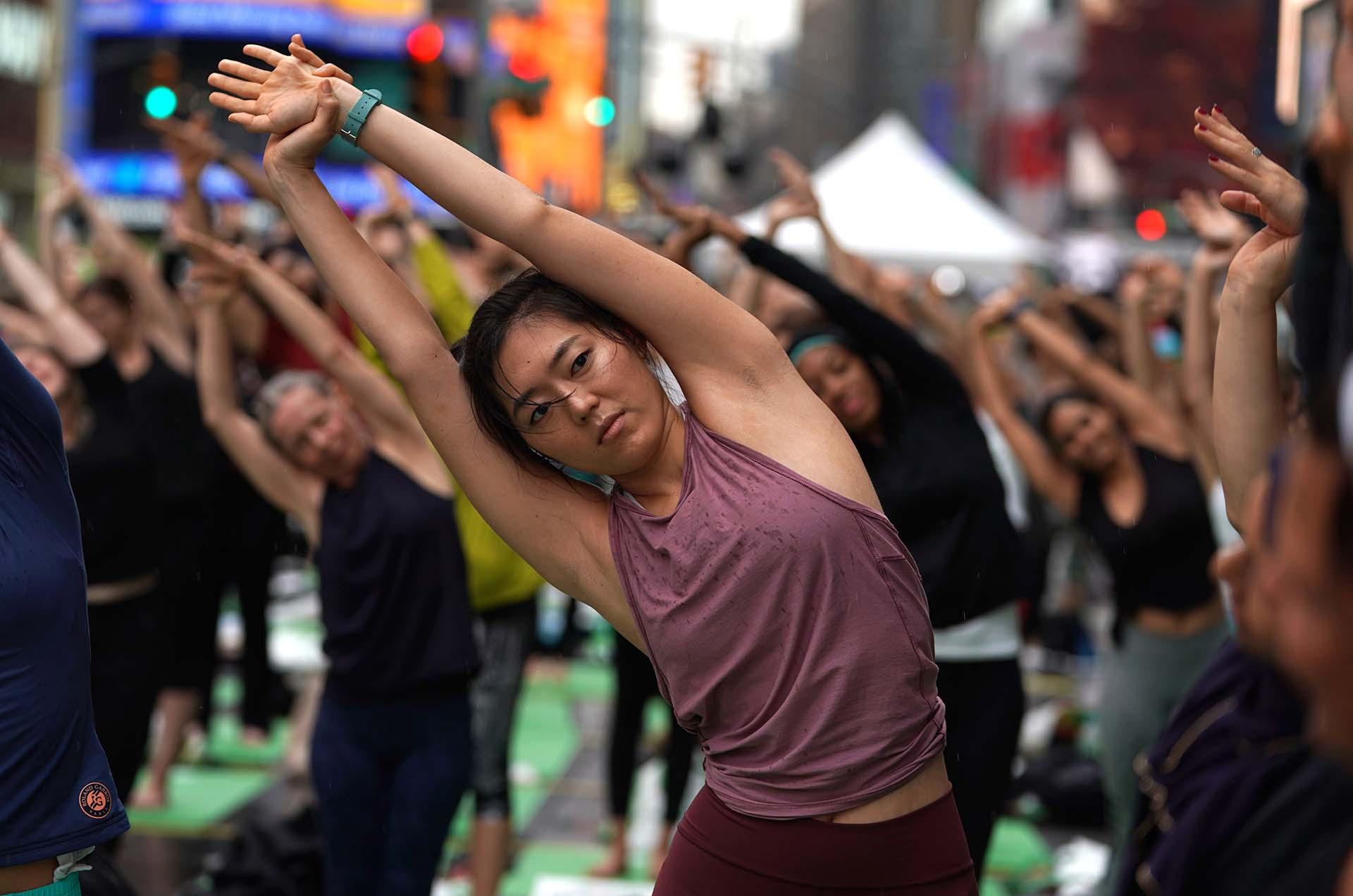 """La case fue bautizada """"Mind Over Madness Yoga"""", un evento celebrado una vez al año que consiste en practicar yoga al aire libre (AFP PHOTO / TIMOTHY A. CLARY)"""