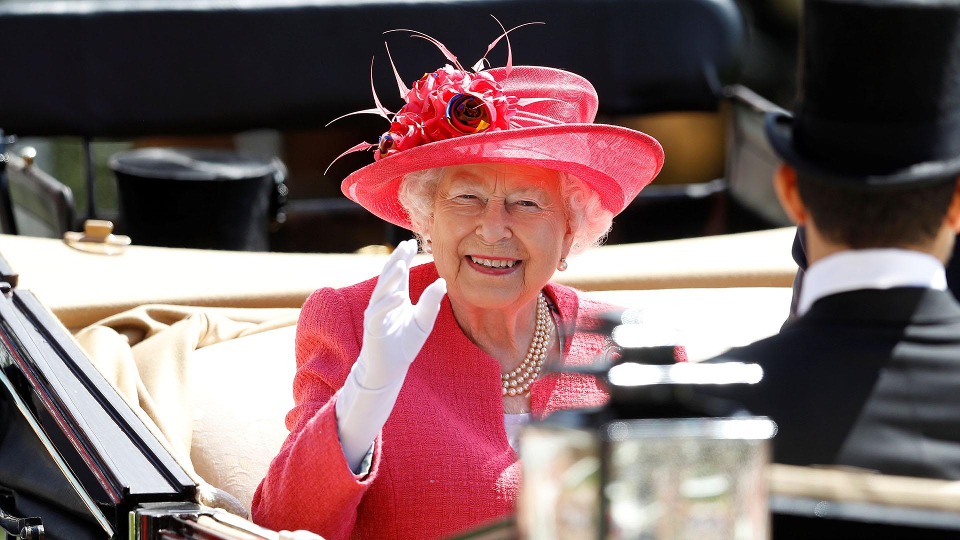 La Soberana británica fue recibida con una ovación generalizada y también saludó desde su carroza