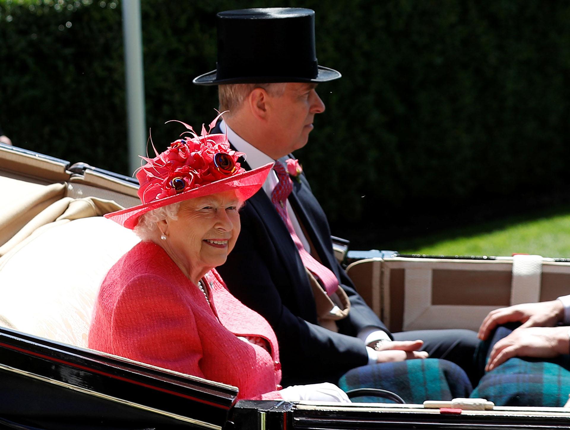 La monarca junto a uno de sus hijos, el príncipe Andrés