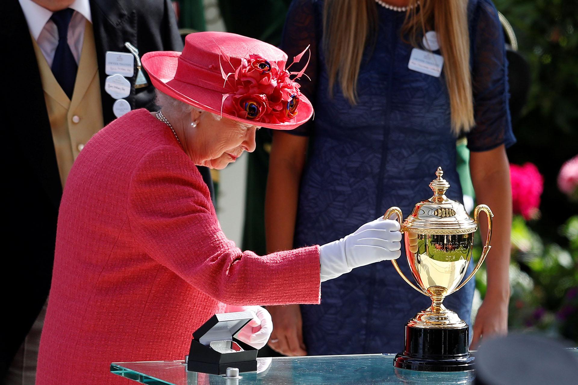Isabel II observa la codiciada copa de oro que se entregó momentos después