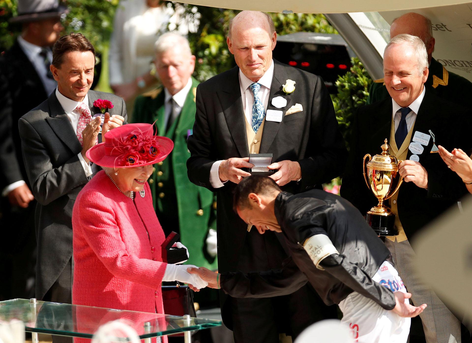 El saludo de Frankie Dettori quien finalmente se quedó con la copa de oro