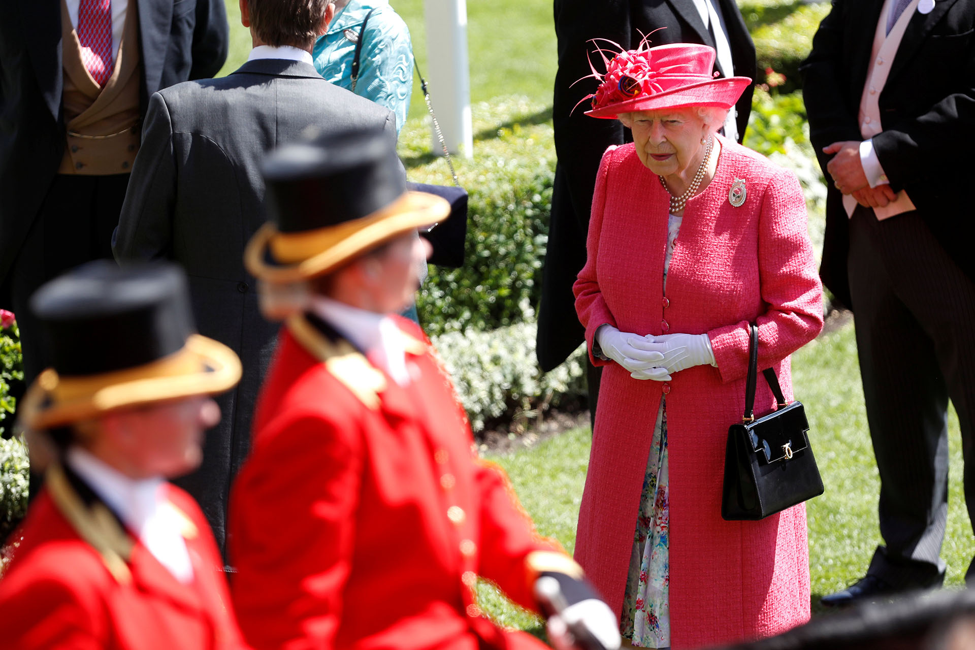 """La llegada de la reina Isabel II con un estilismo """"pink"""" al circuito de Ascot, lugar donde cada año se corre una de las carreras hípicas más importantes del mundo"""