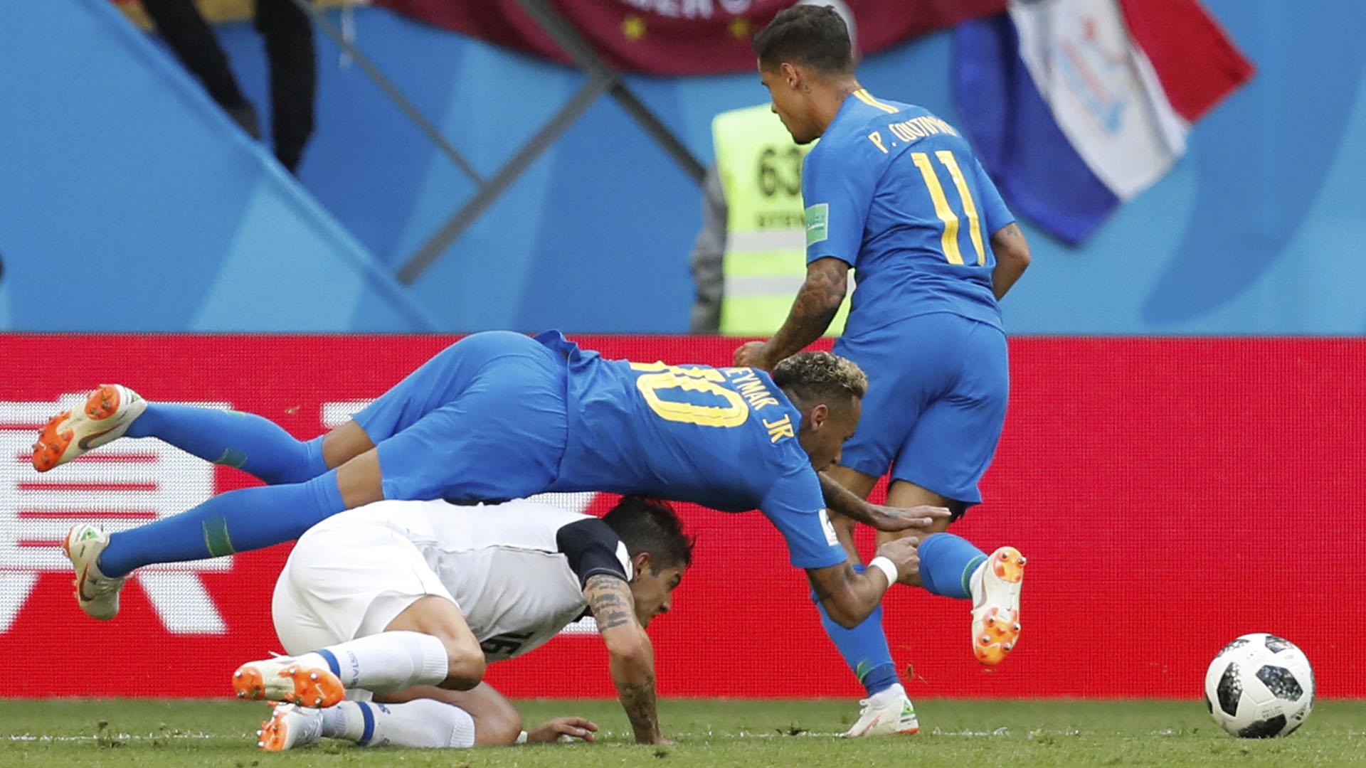 Neymar disputando la pelota