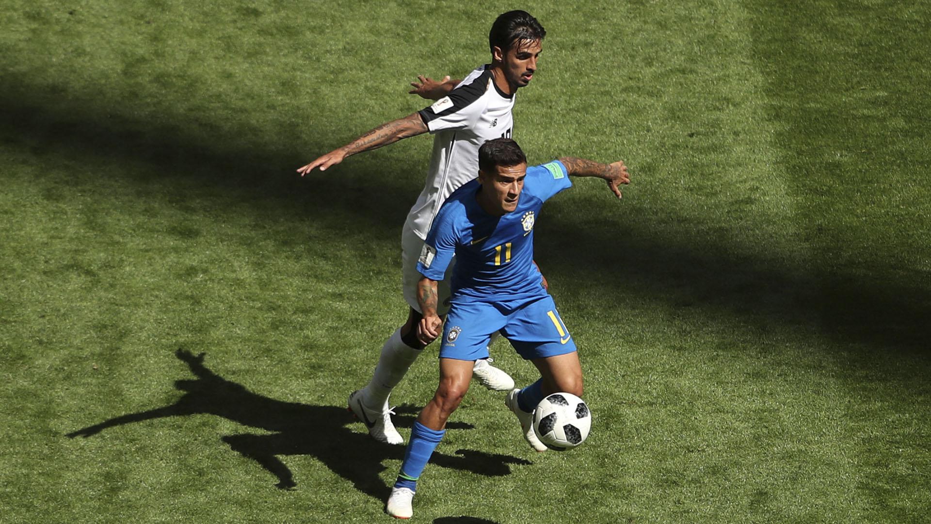 Coutinho lucha con Ruiz por el Balón