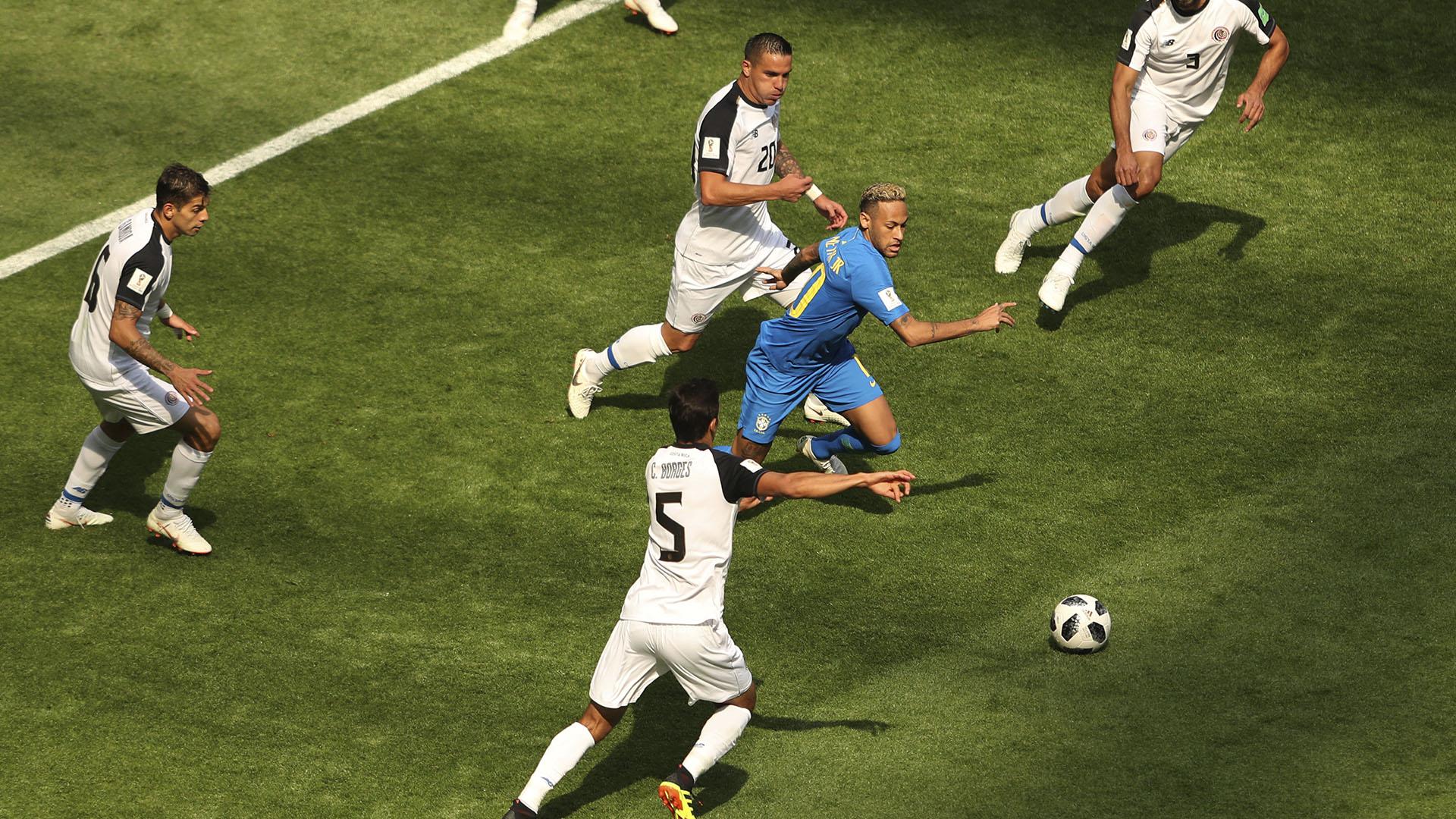 Neymar entre cuatro jugadores de Costa Rica