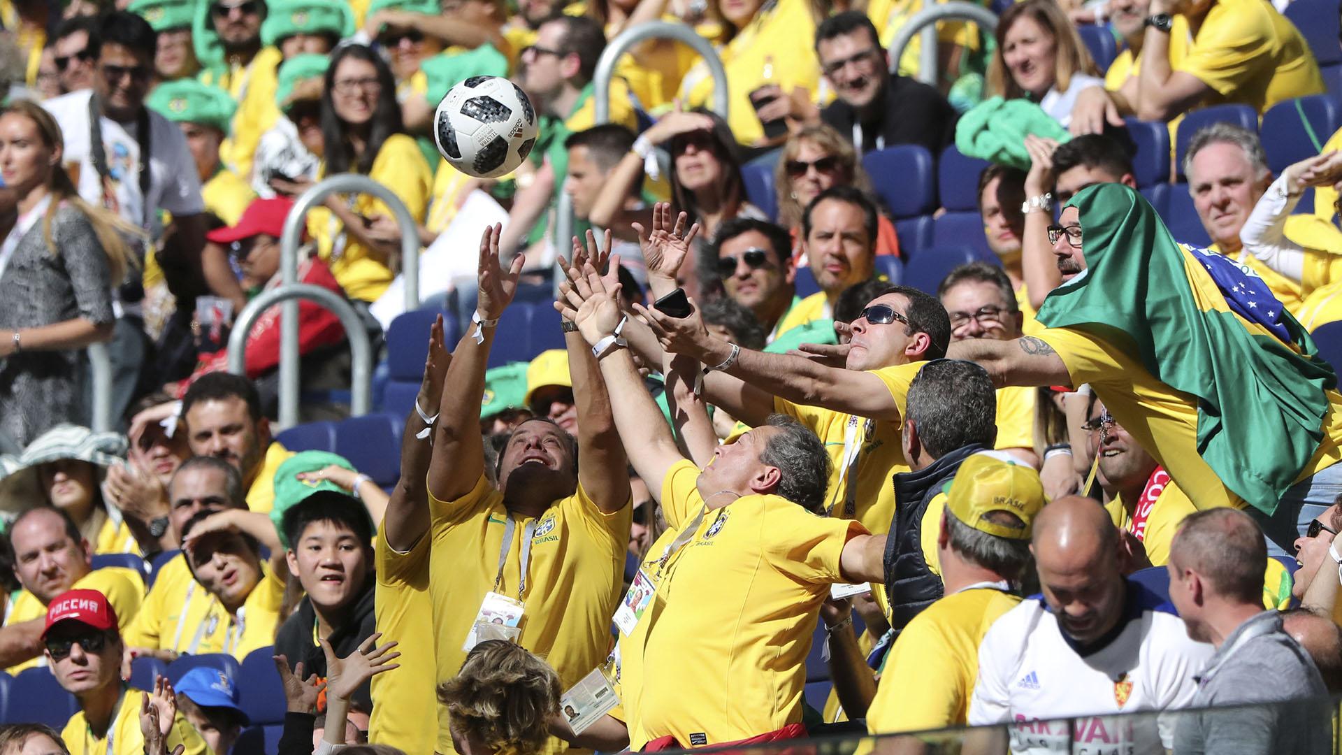 Los fanáticos se divierten en medio del partido
