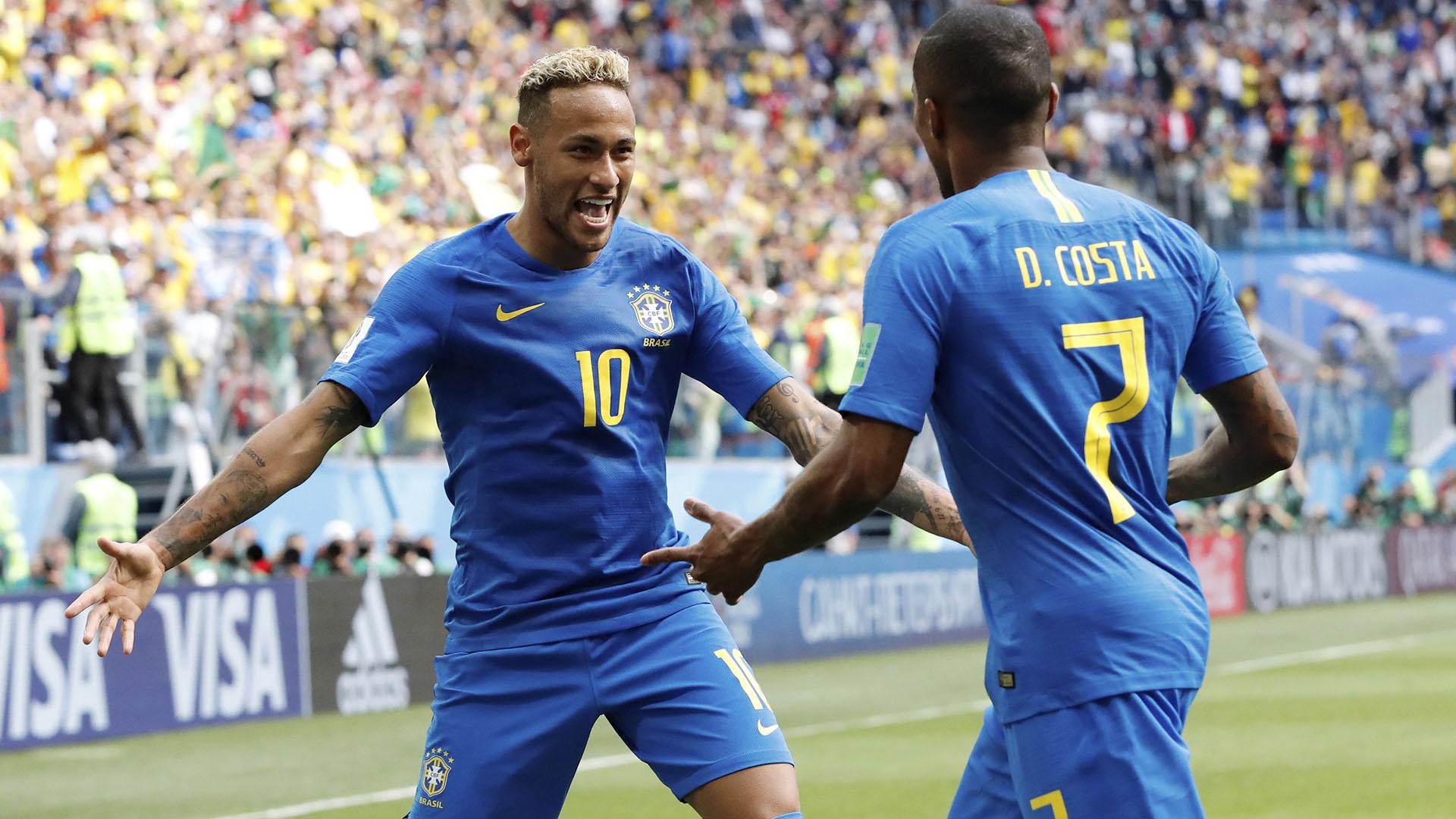 Neymar y Douglas costa festejan el último gol de Brasil