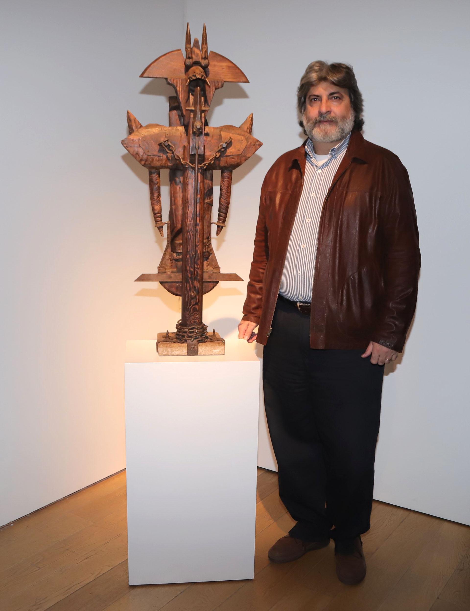 El artista plástico Oscar de Bueno junto a su obra