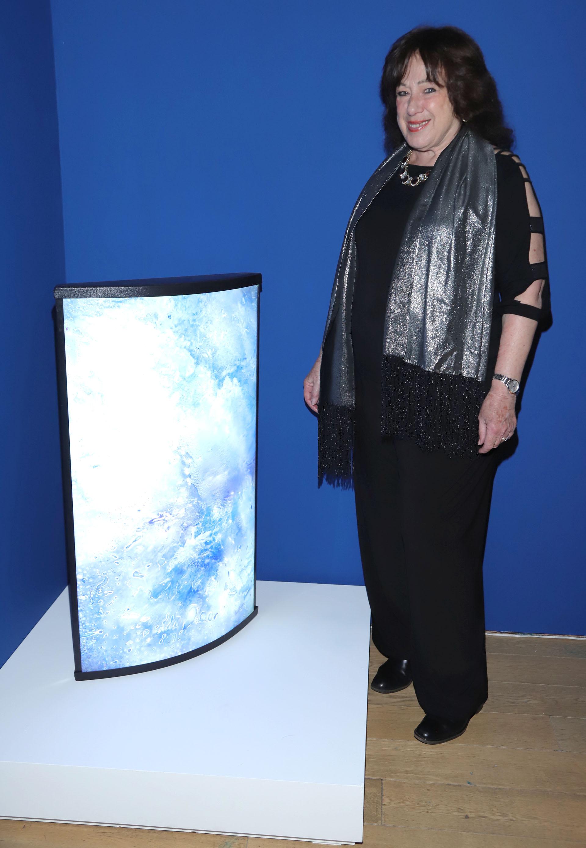 La artista Sara Diciero con su obra
