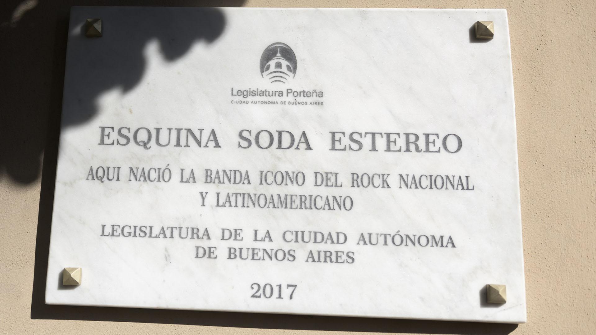 En la esquina de Barilari y Victorino de la Plaza, en Belgrano, este viernes colocaron una placa en honor a Soda Stereo. Pero, cometieron un error con el nombre de la banda (Adrián Escándar)
