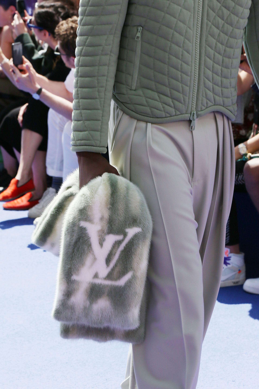 Más de 30 diseños se presentaron en pasarela. Un detalle llamativo fue la estola de piel con el grabado de las iniciales de la marca LV
