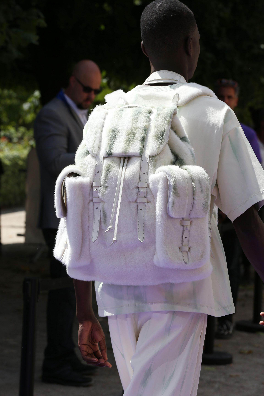 Mochila de piel. Con maxi bolsillos y terminaciones de herrajes en cuero blanco., un infaltable de las colecciones de LV