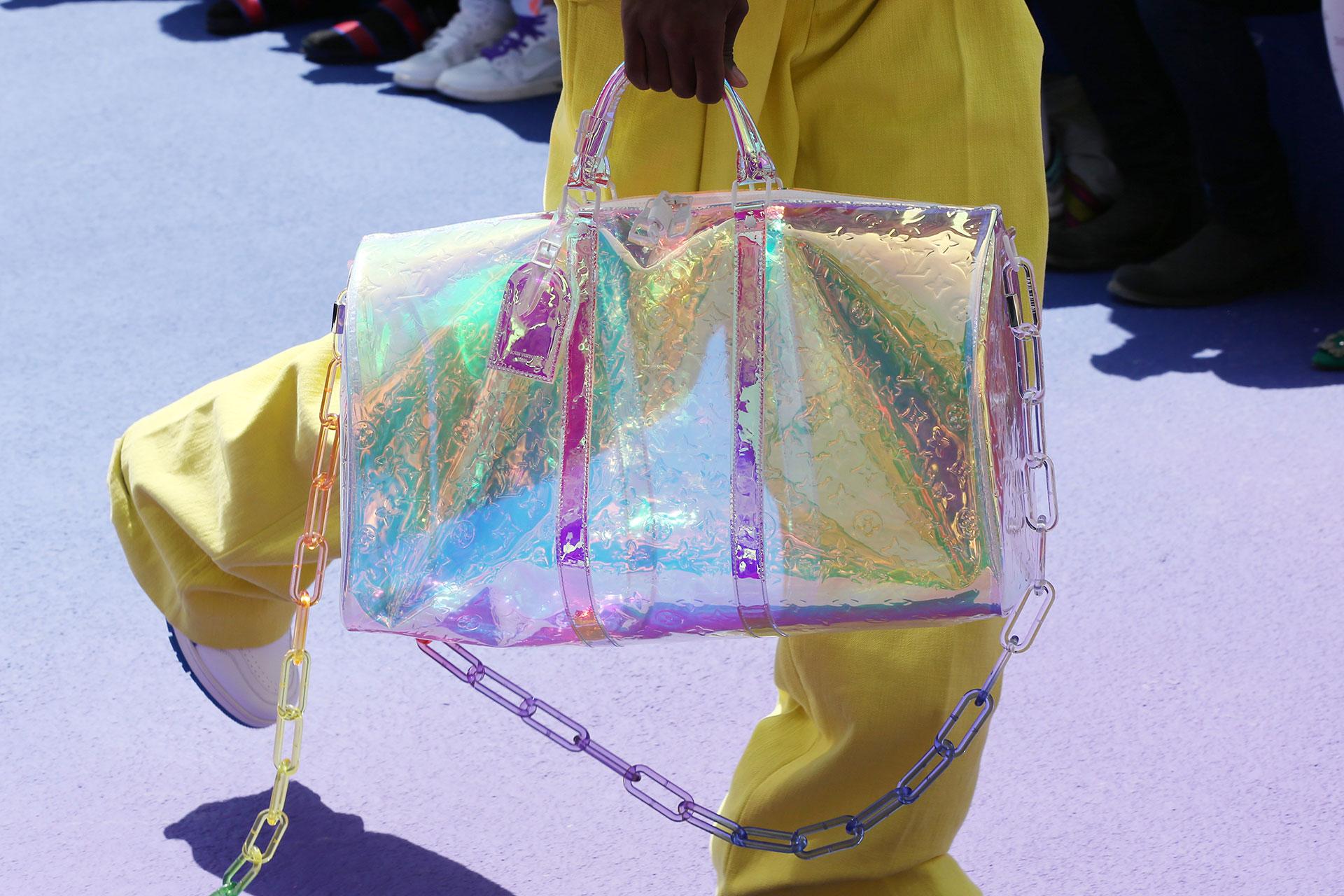 """El tornasol. El bolso de viaje """"Keepall"""" en su versión tornasolada con correa de cadena multicolor"""