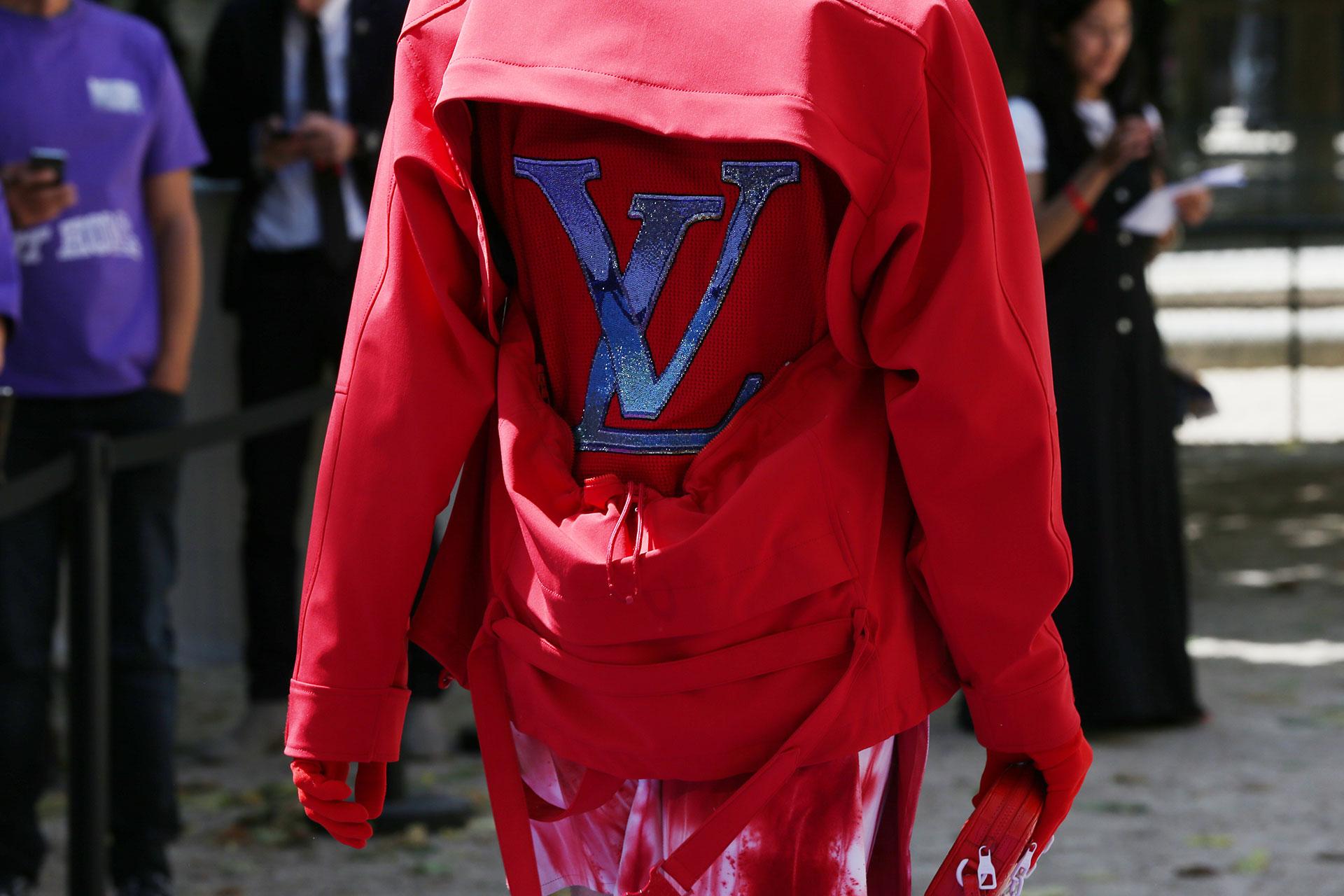 Una chaqueta con cortes en la espalda que dejan ver la remera con las siglas de la firma bordadas con paillettes. Un diseño solo para vanguardistas y amantes de la moda