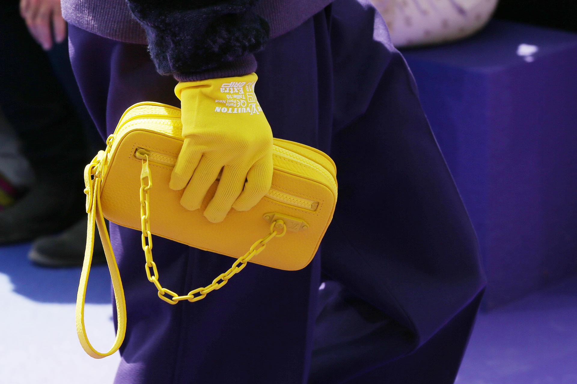 Guantes amarillos y sobre a tono. El nuevo director creativo utilizó en reiterados accesorios la combinación de cuero y plástico
