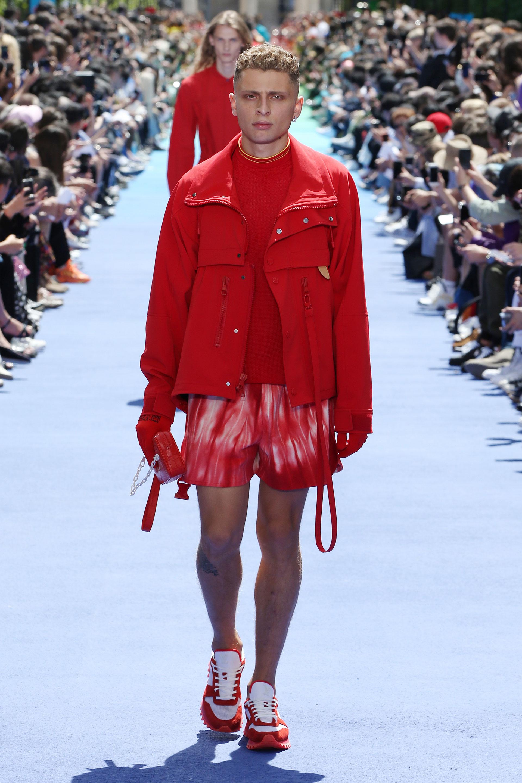 Total red. Chaquetas con cierres y bolsillos combinados con remera de cuello redondo, short batik y zapatillas deportivas en blanco y rojo