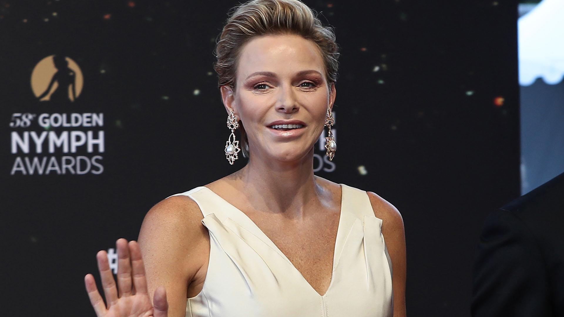 Los elegantes pendientes con grandes perlas completaron su estilismo