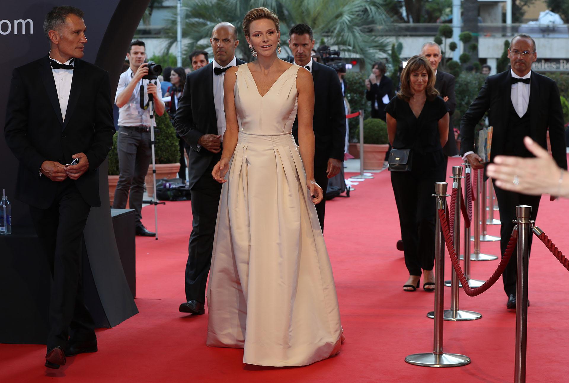 La mujer de Alberto de Mónaco lució espectacular en este diseño de alta costura con gran escote y color marfil