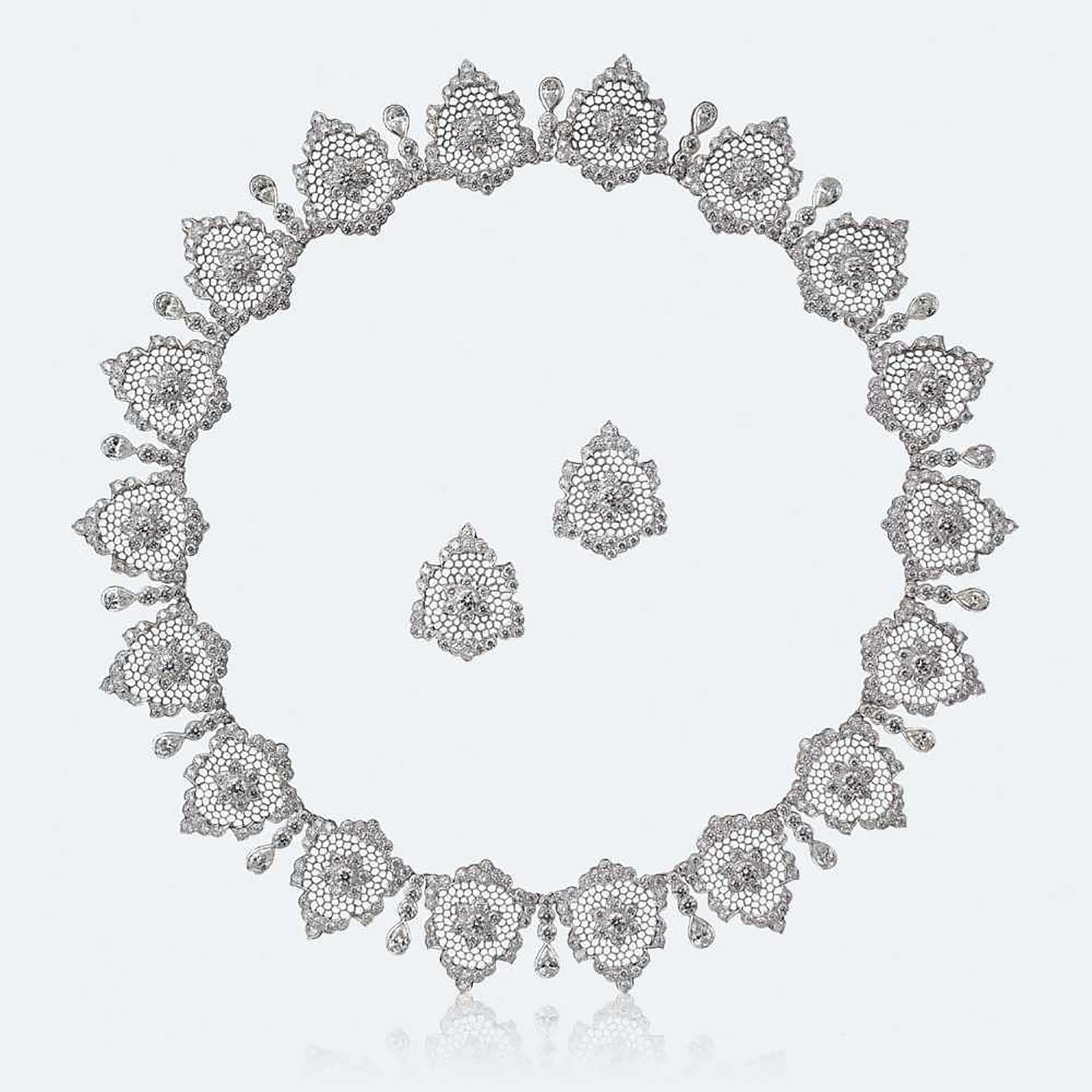 """Esta joya creada por Buccellati se llama """"Diamanti Vibranti Set"""", y está realizada en oro blanco con 621 diamantesque se reparten entre los 18 pétalos del collar y dos pendientes. Buccellati es una de las marcas de joyería creada en la cuna de la moda italiana -Milán- en 1919, y hoy tiene una tienda en Nueva York sobre la Madison Avenue (Buccellati)"""
