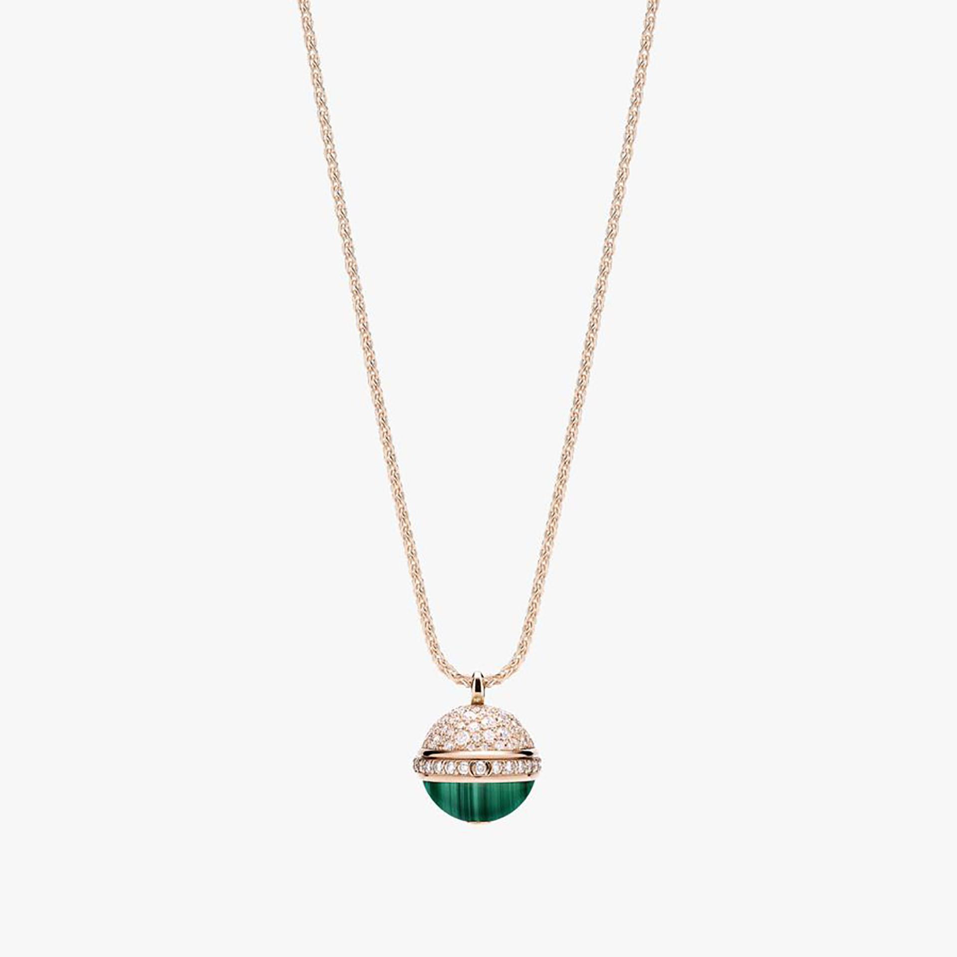 """Piaget no se quiso quedar atrás. Sus piezas de joyería son exquisitas para la vista. Esta temporada, resalta un colgante de oro rosa de 18 quilates engastado con 116 diamantes en brillantes y cabujón de malaquita. Pertenece a la colección """"Possesion"""" y es una esfera que combina la elegancia del oro rosado con los brillantes y el vibrante verde esmeralda (Piaget)"""