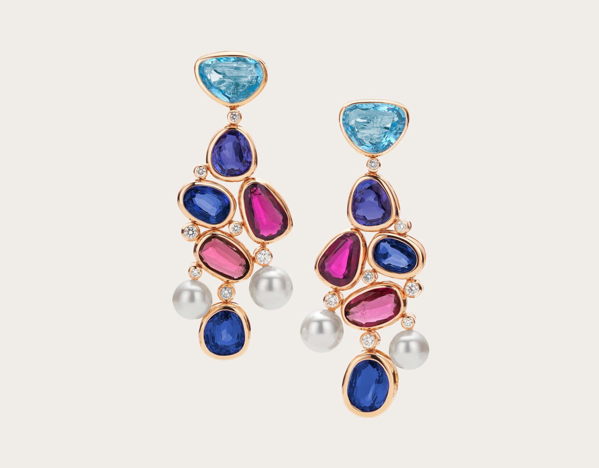 """Coloridos y juveniles: """"Colour Treasures"""", con gemas de colores, es una obra de arte de la colección de Bulgari. Unos aros colgantes de alta joyería con 4 rubleitas, 6 tanzanitas, 2 aguamarinas, 4 perlas blancas y diamantes redondos talla brillantes (Bulgari)"""