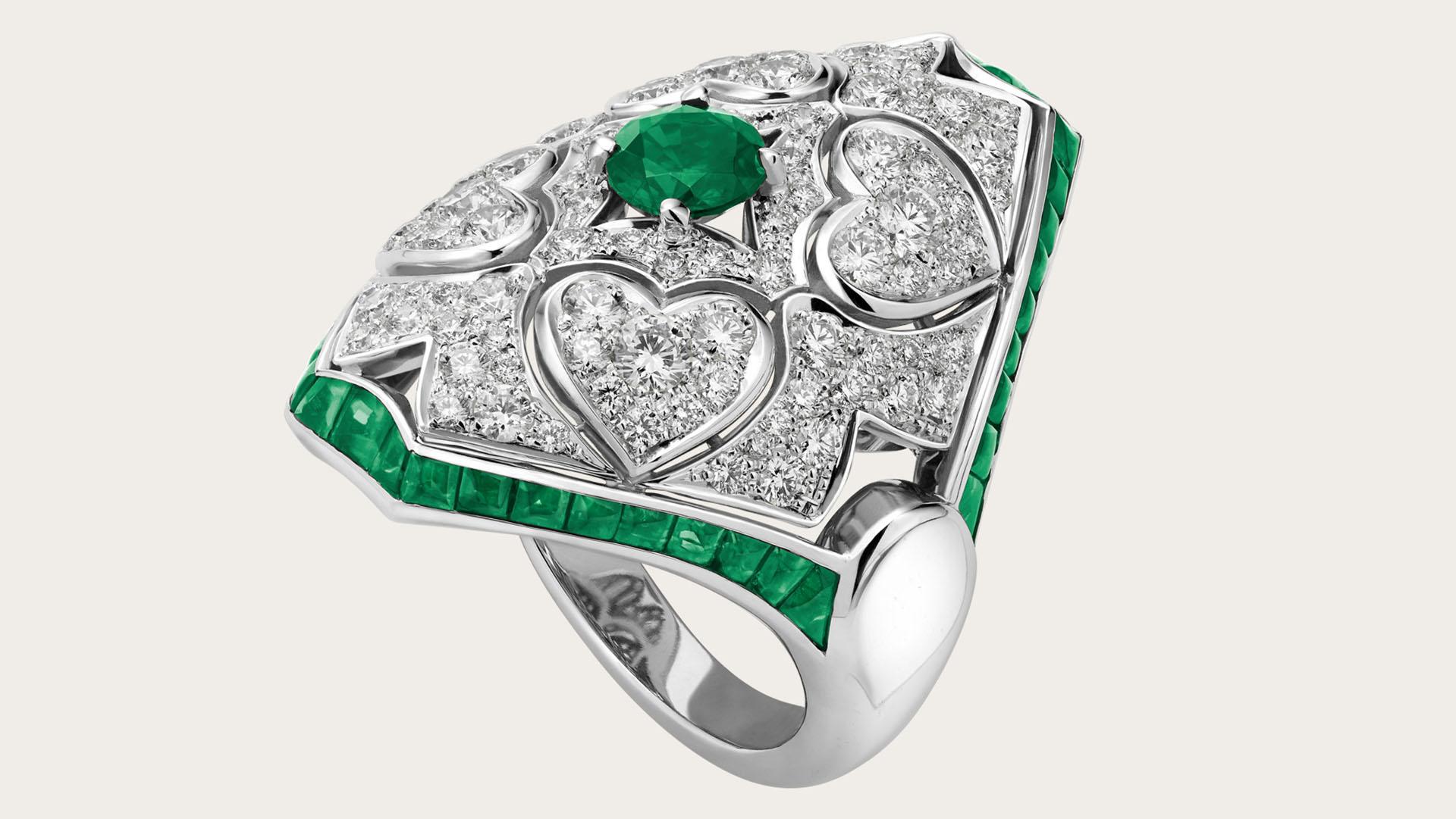 """Llamado """"Giardini Italiani"""", este anillo de Bulgari está inspirado en las fusiones geométricas en los macizos de flores italianas y el romanticismo con los diamantes en forma de corazón. Está realizado en oro blanco con una esmeralda grande y 38 esmeraldas buff top y pavé de diamantes (Bulgari)"""