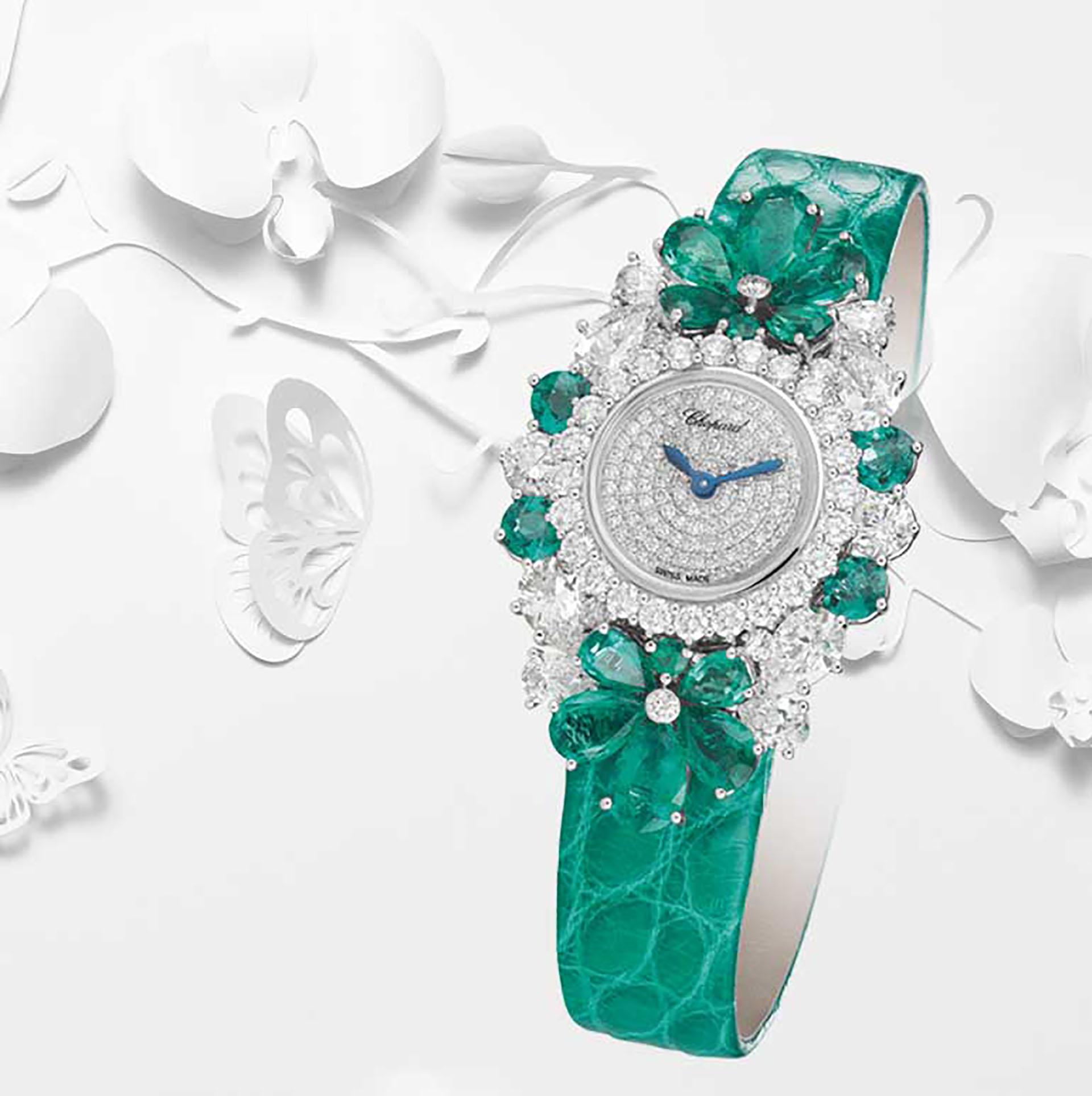 """Perteneciente a la colección llamada """"For You"""" de Chopard las flores de cerezo están en el centro de la colección inspirada en la primavera en combinación de cueros, brillantes y oro blanco. Este reloj de la alta joyería está realizado con diamantes y esmeraldas en forma de pera (Chopard)"""