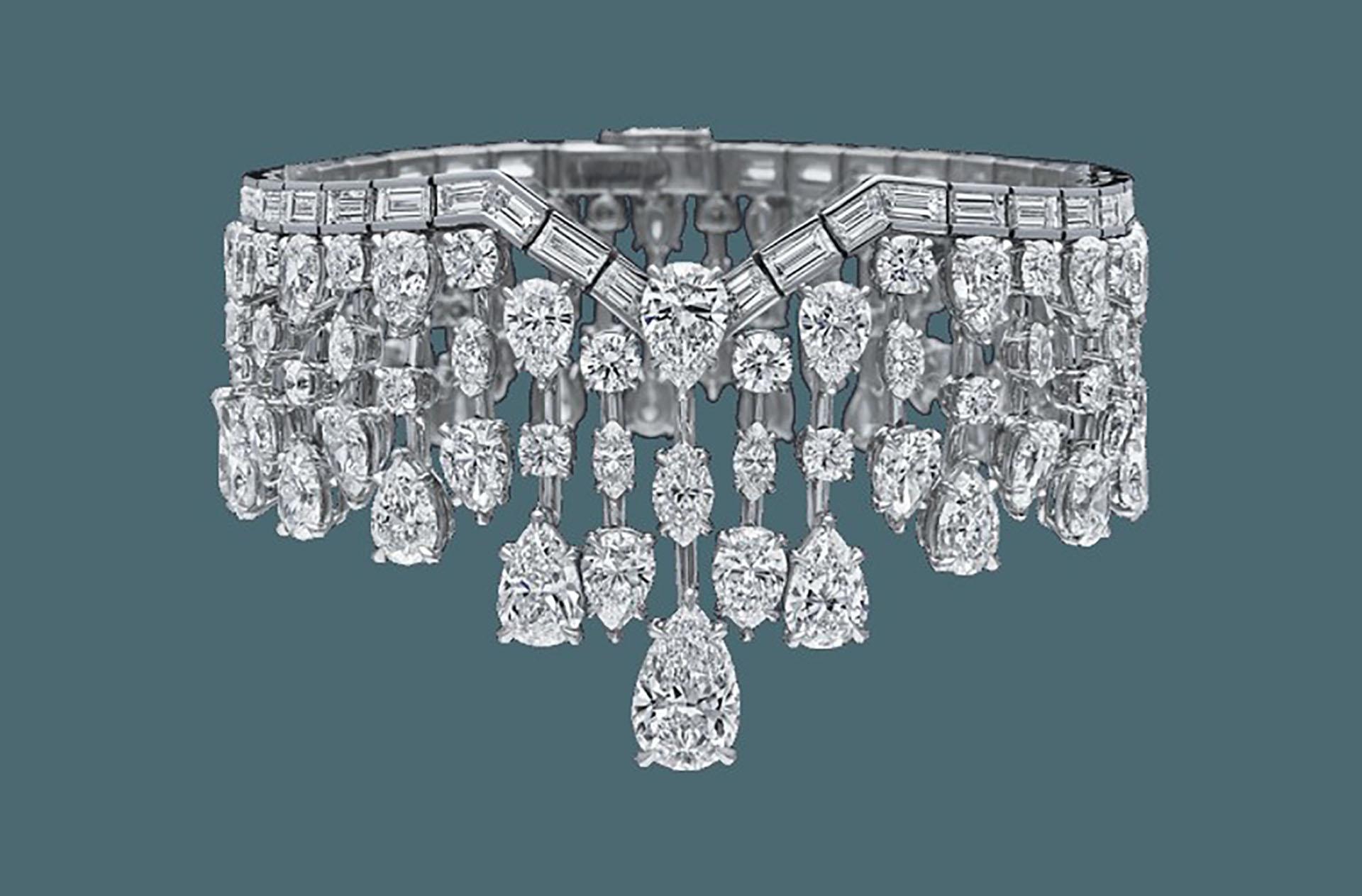 Como complemento, el brazalete de Mrs. Winston by Harry Winston forma parte de la familia creada en honor de Edna. Esta joya cuenta con 166 diamantes baguette, marquesa, pera y redondo incrustados en platino, pesando en total unos 45 quilates (Harry Winston)